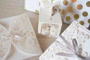 Cortes y materiales resaltantes en las invitaciones de boda.